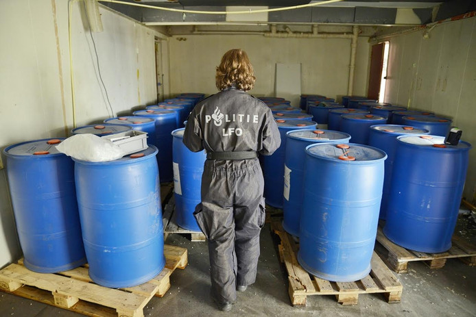 In een bedrijfspand in de Groenstraat in Tilburg werden vaten gevonden met in totaal 8800 liter formamide.