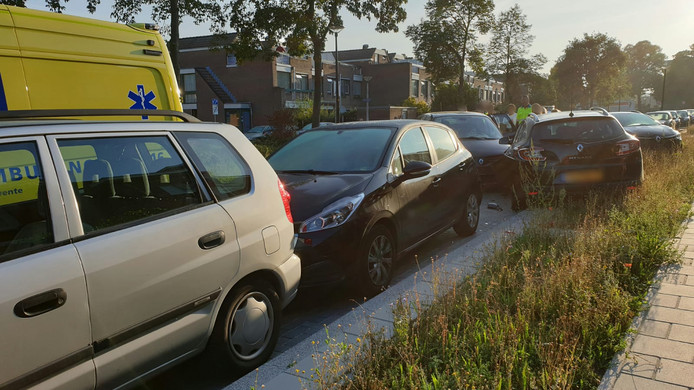 Ravage na een botsing met geparkeerde auto's.