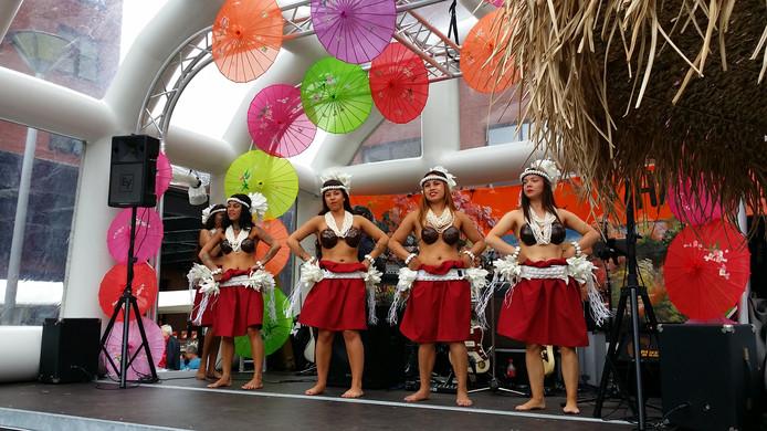 Dansgroep Orchidé treedt op tijdens het nieuwe evenement in Loon.