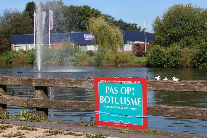 Waarschuwingsbord bij de vijver die de woonwijk van bedrijventerrein De Mors scheidt.