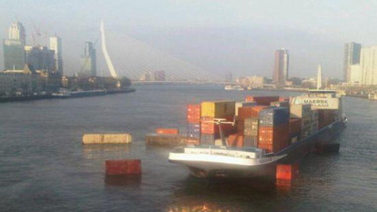 Containers drijven in de Maas na de botsing. Beeld TWITTER HARMEN DEN BLIJKER