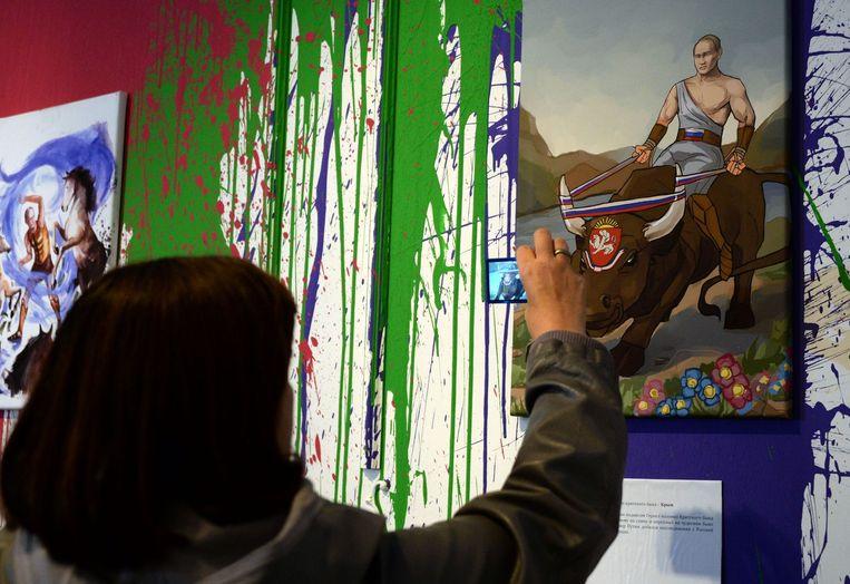 Poetin afgebeeld als held op schilderijen ter ere van zijn verjaardag. Beeld epa