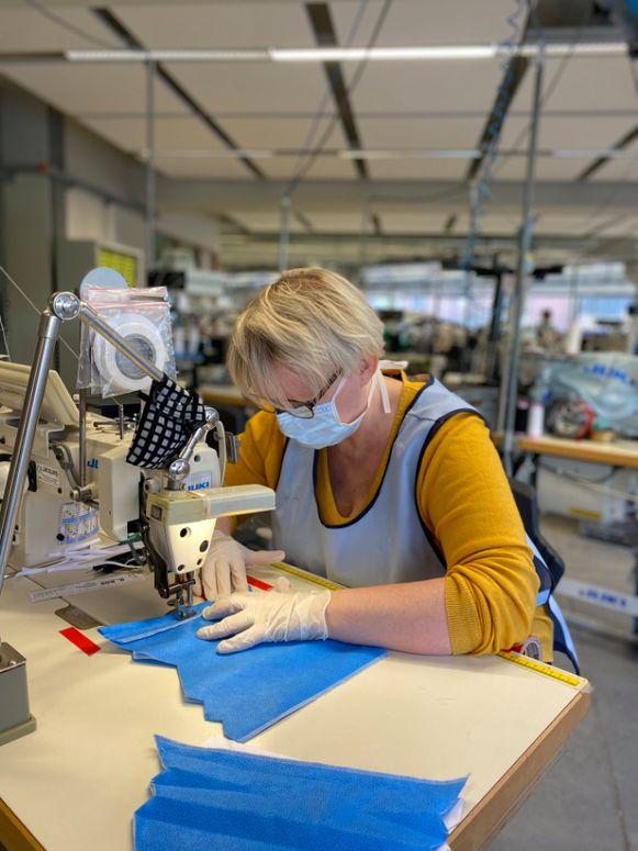 Bij Van De Velde zijn stiksters aan de slag om mondmaskers te maken