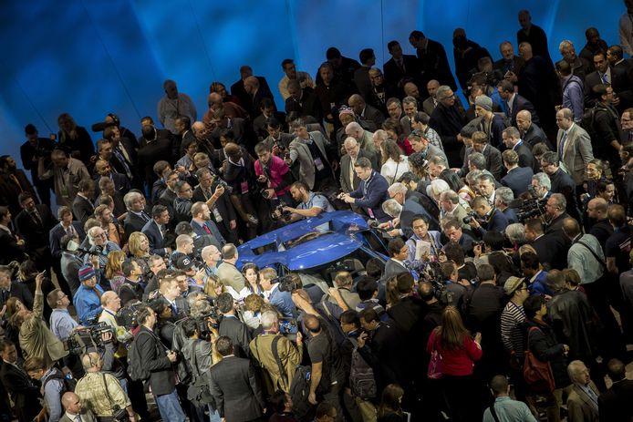 Journalisten verdringen zich in 2015 rond de zojuist onthulde, nieuwe Ford GT op de beursvloer van de internationale autoshow van Detroit.