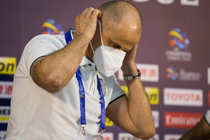 Buriram United-coach Bozidar Bandovic met een masker voor het duel met Shanghai SIPG.