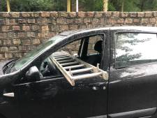 Ladder dwars door auto: eigenaresse ontstemd en politie stomverbaasd