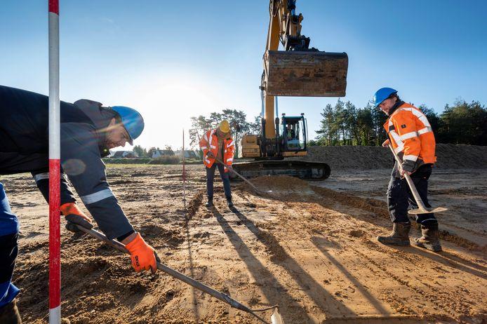 Archeoloog Joris Habraken zoekt op de grote zandvlakte naast tennispark Polysport in Dieren naar historische resten.