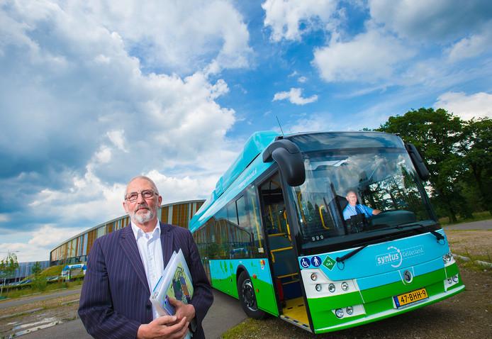 Initiatiefnemer Jan van Beckhoven presenteerde vol trots 'zijn' waterstofbus. foto archief Maarten Sprangh