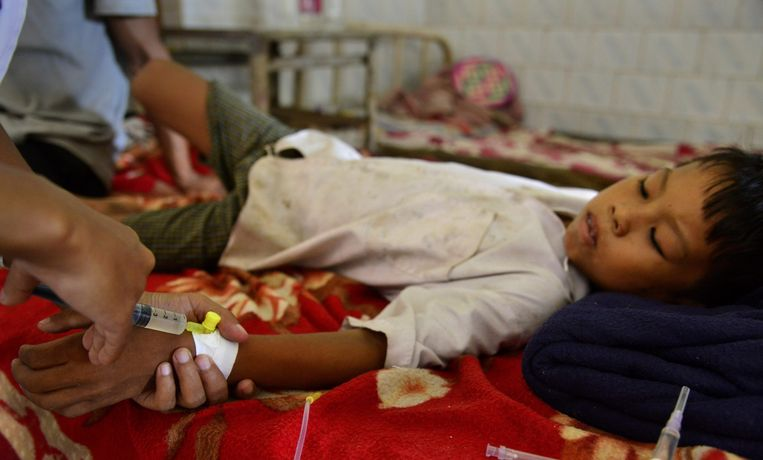 Een met malaria besmet Indiaas jongetje wordt behandeld in een ziekenhuis Beeld epa