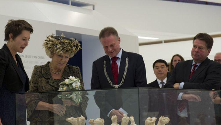 Burgemeester Sicko Heldoorn naast Koningin Beatrix in het Drents Museum in Assen Beeld anp