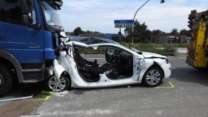 Vrachtwagen rijdt in op auto: koppel kritiek