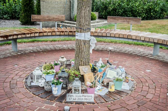 De herdenkboom in Neerkant ter nagedachtenis aan de familie Wals-Martens.