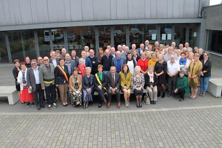 De leden van de Gezins- en Welzijnsraad bij de viering van het veertigjarig bestaan in zaal Lindelei.