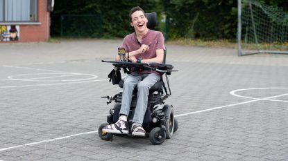 """Tiener entertaint vanuit zijn rolstoel duizenden fans op TikTok: """"Ik heb met mijn beperking leren leven"""""""