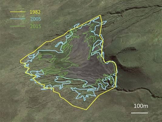 Satellietbeelden waarop de onderzoekers de oppervlakte op het eiland weergeven die de pinguïns gebruiken om te broeden, in 1982, 2005 en 2015. Die oppervlakte wordt steeds kleiner.