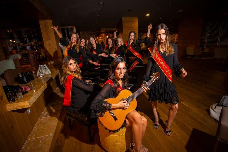 Op de voorgrond: Laura Oliveira Granja (pianiste), Aline Elsermans (gitariste) en Julie Boone (rapster).