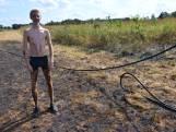 Tijn Blom (15) springt zelf in het water om brand te blussen aan de Effenseweg in Breda