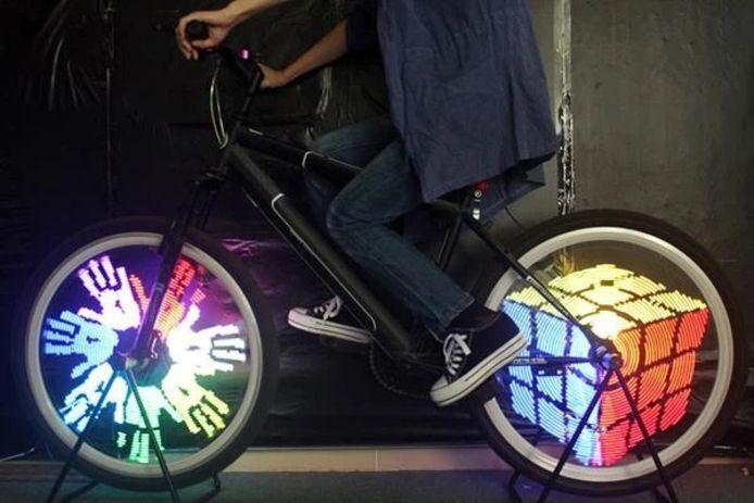Des équipements lumineux pour vélo permettant d'être visible de loin de nuit comme de jour.