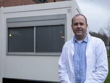 'Coronakeet' voor Twenterandse huisartsen; cabines scheiden coronapatiënten van de rest