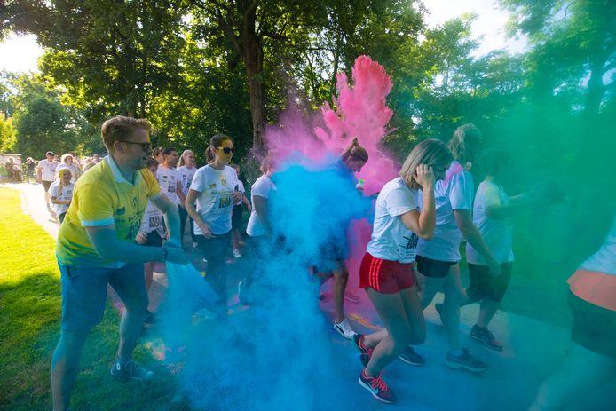 De Full Color Run door het Stadspark in Kampen vorig jaar, tijdens het Full Color Festival.