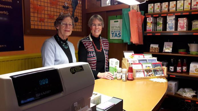 Elly van Hout en Annie Jongerius in de Wereldwinkel