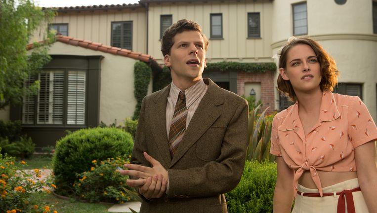 Jesse Eigenberg en Kristen Stewart in Café Society. Beeld null