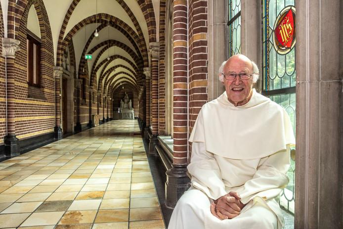 Prior Jan Laan (78) van het Dominicanenklooster, gekleed in zijn vertrouwde habijt.