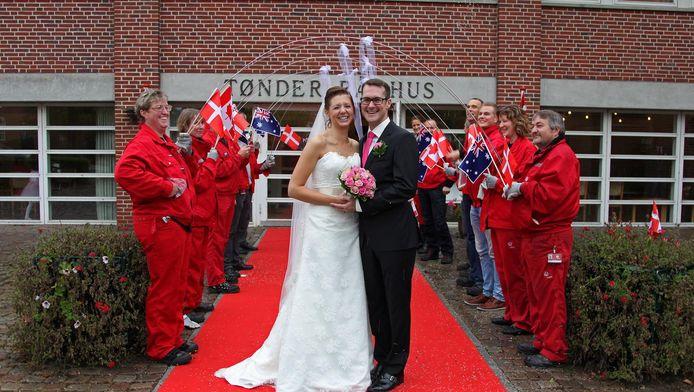 Een pasgetrouwd stel voor het stadhuis van Tønder