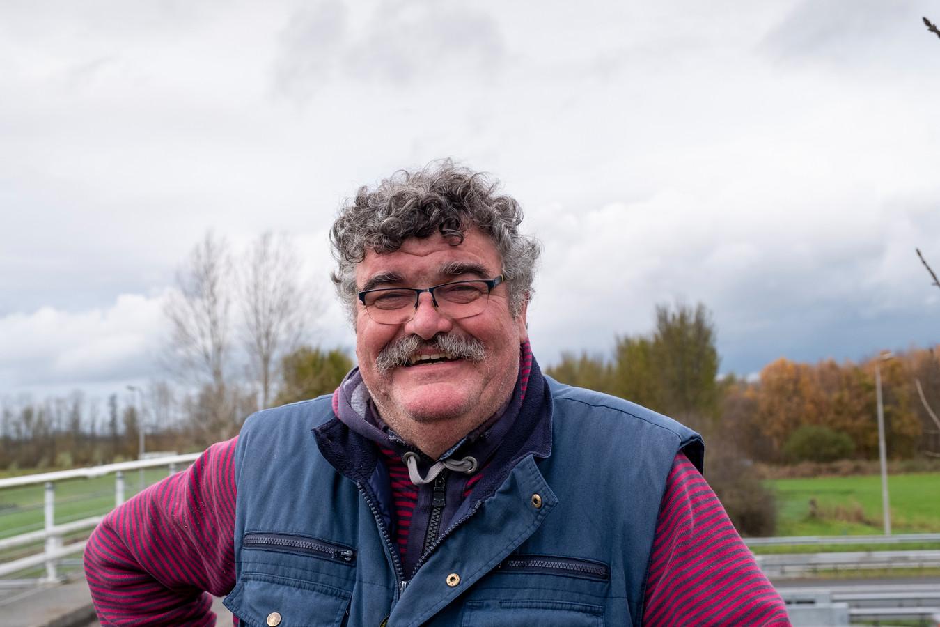 Jan van Werven staat met een opgelucht gevoel voor het verkeersknooppunt Hattemerbroek . Links achter hem zullen in 2021 vier windmolens groene energie gaan leveren.