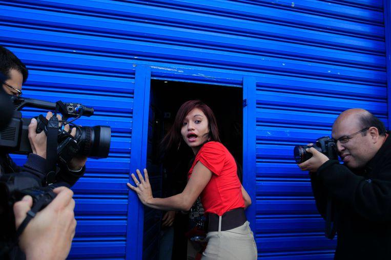 Ook de mooie vrouw zal niet ontbreken in deze Hollywood-film: Samatha Vanegas, de 20-jarige vriendin van mcAfee, met wie hij op de vlucht was. Beeld REUTERS