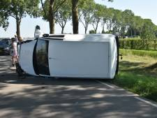 Automobilist rijdt tegen boom in Nieuwaal en raakt lichtgewond