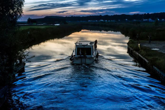 Een meanderend riviertje in Nederlands polderlandschap