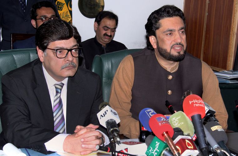 Shehryar Afridi (r), minister van Binnenlandse Zaken in Pakistan, geeft op een persconferentie in Islamabad (Pakistan) meer uitleg over de tientallen arrestaties.