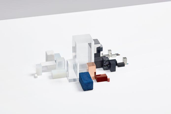 Dit zijn alle materialen uit een iPhone - onderdeel van het project 'Materialism', van Studio Drift.