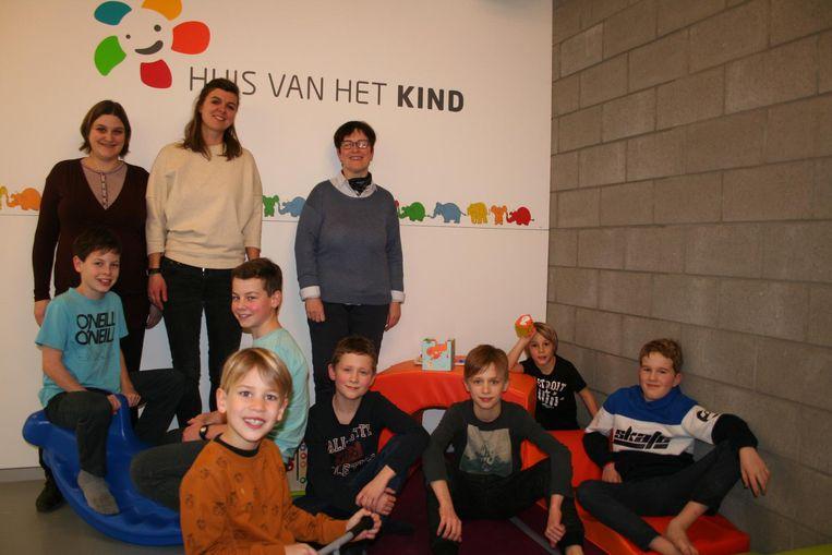 Nele Bulens, Liesbet Vergauwen en Nina Van der Sypt samen met de Lokerse jeugd bij het Lokerse Huis van het Kind.