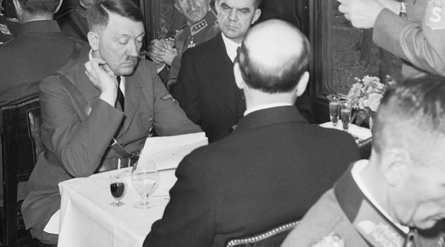 Op deze foto genomen in 1942, tafelt Hitler met zijn Finse bondgenoten in een trein. © AFP