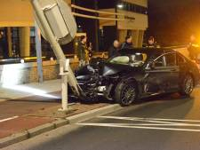 Auto's botsen op Binckhorst, Mercedes rijdt tegen paal