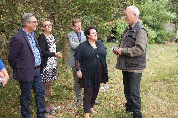 In de tuin van Kloosterhuis 't Zicht praat Henk Smouter (rechts) Sharon Dijksma bij over de activiteiten van Landerij VanTosse. Links André van de Veerdonk en Tanja Verstappen, initiatiefnemers van 't Zicht. Op de achtergrond wethouder Hendrik Hoeksema.