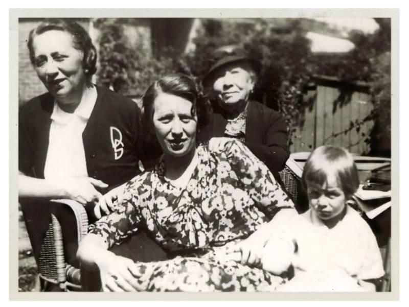 → Vier generaties (vlnr): Deborah Stokvis-Farbstein (grootmoeder), Ellen van der Vlugt-Stokvis (moeder), Eleonora Farbstein-Hecht (overgrootmoeder), Bram van der Vlugt, 1937.