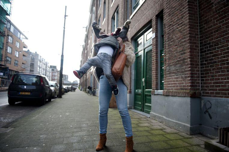Blogster Femke Sterken met haar even niet-zo-blije zoon Max (2). Beeld An-Sofie Kesteleyn / de Volkskrant