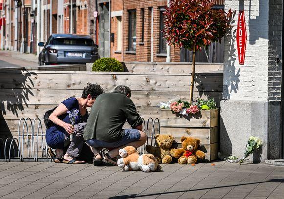 Kameraden van het koppel en vriendjes van de kinderen stroomden donderdag toe met bloemen en knuffels.