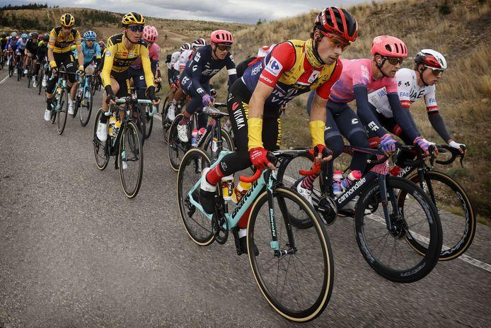 Primoz Roglic blijft leider met nog drie etappes te gaan.
