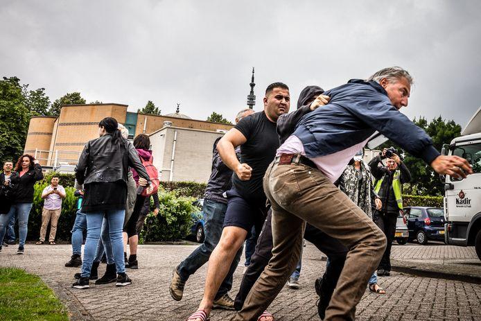 Pegida-voorman Edwin Wagensveld slaat op de vlucht bij de Al-Fourqaanmoskee in Eindhoven.