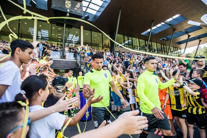 Armando Obispo en Navarone Foor lopen door een haag van supporters bij de eerste training van Vitesse.
