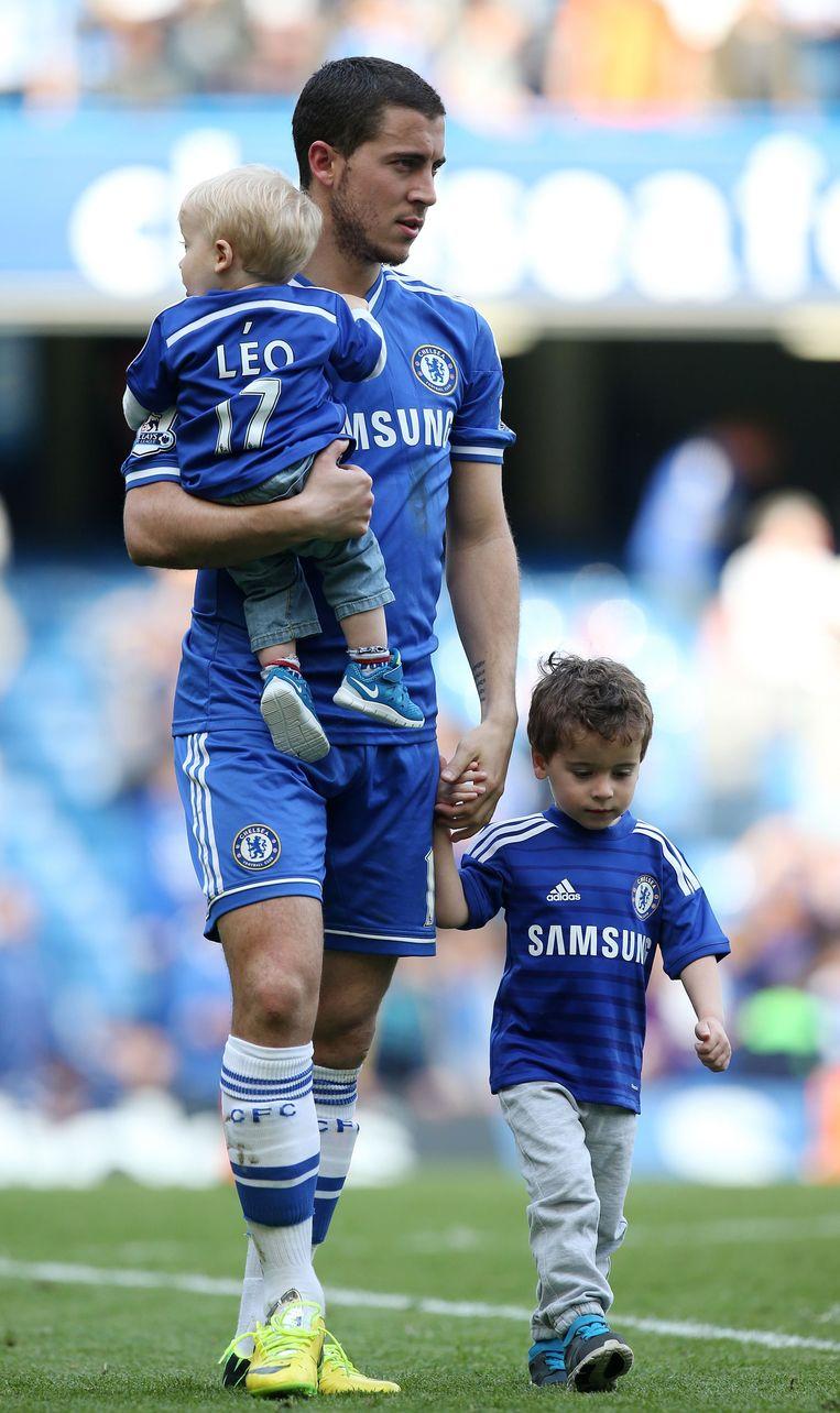 Papa Eden Hazard met zijn zoontjes Yannis (aan de hand) en Léo