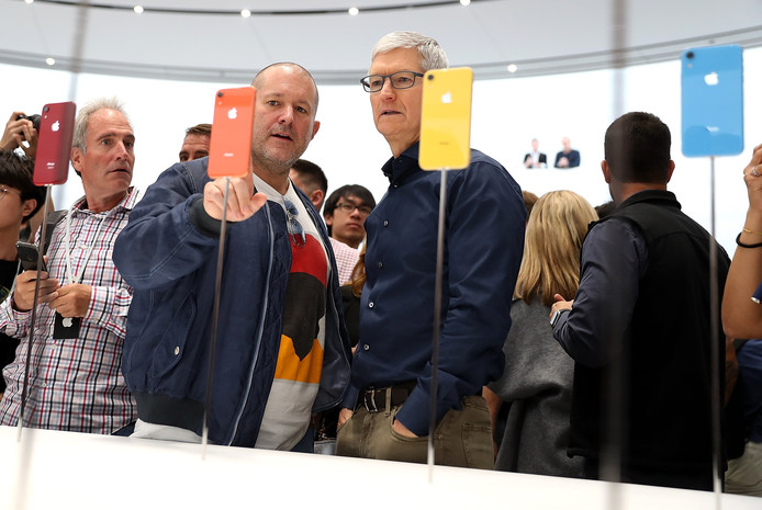 Apple ceo Tim Cook en hoofd designer Jony Ive inspecteren de nieuwe iPhones na afloop van de presentatie