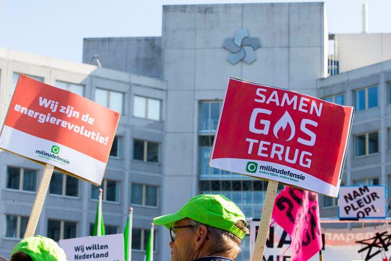 Demonstranten tegen de winning van aardgas en aardolie bij het hoofdkantoor van de NAM om te protesteren tegen gevolgen van de gaswinning en de aardbevingen. Beeld ANP