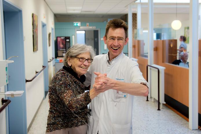 Marcel Olde Rikkert doet een dansje met een patiënte.
