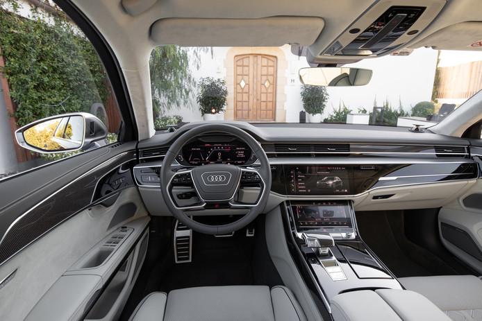 Vanbinnen is de S8 een relatief klassieke limousine