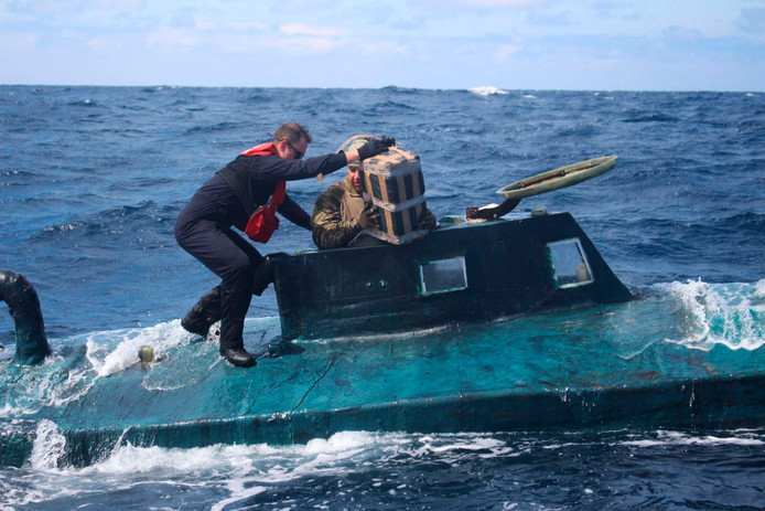 Leden van de Amerikaanse kustwacht gaan aan boord van de duikboot.